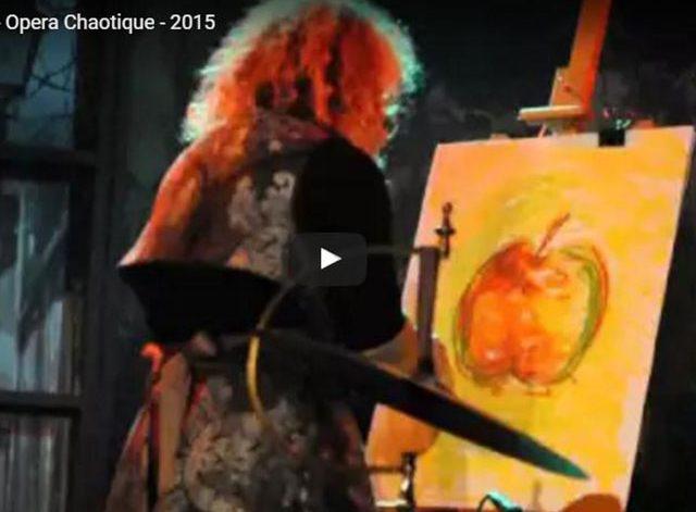Η Ζάννα Αρτέμη ζωγραφίζει «ζωντανά» στη σκηνή του FAUST